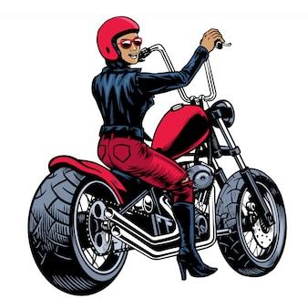 チョッパーバイクに乗って革のジャケットの女性