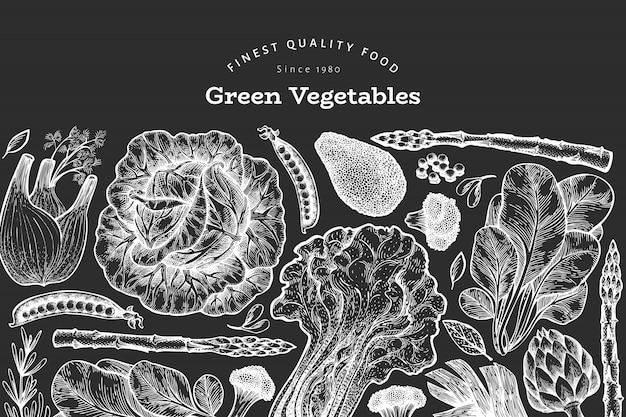 緑の野菜のデザインテンプレート。チョークボードに描かれたベクター食品イラストを手します。刻まれた野菜