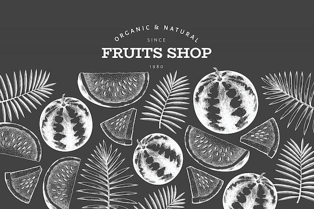 スイカと熱帯の葉のテンプレート。手は、チョークボードにエキゾチックなフルーツのイラストを描いた。刻まれたスタイルのフルーツフレーム。レトロな植物バナー。