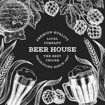 ビールグラスマグカップとホップのテンプレート。手は、チョークボードにパブ飲料イラストを描いた。刻まれたスタイル。レトロな醸造所のイラスト。