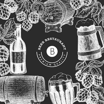 Пивной бокал и хоп дизайн шаблона. нарисованная рукой иллюстрация напитка паба на доске мела. выгравированный стиль. ретро пивоваренный завод иллюстрации.