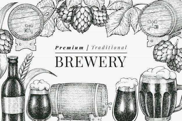 ビールグラスマグカップとホップのデザインテンプレート。手描きのパブ飲料イラスト。刻まれたスタイル。レトロな醸造所のイラスト。