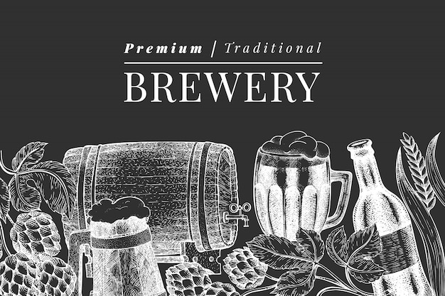 ビールガラスマグカップとホップテンプレート。チョークボードに描かれたパブ飲料イラストを手します。刻まれたスタイル。レトロな醸造所のイラスト。