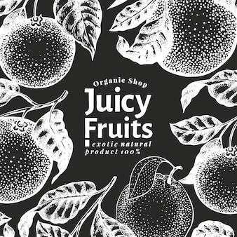 オレンジ色の果物のデザインテンプレート。チョークボードに描かれたベクターフルーツイラストを手します。刻まれたスタイルのバナー。レトロな柑橘類の背景。