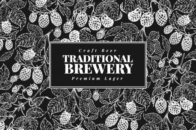 ビールホップのデザインビンテージビールの背景。チョークボードにベクトル手描きホップイラスト。レトロスタイル