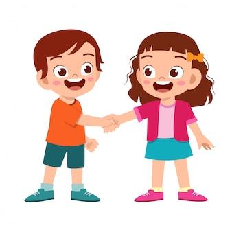 友人とかわいい幸せな子供の手を振る