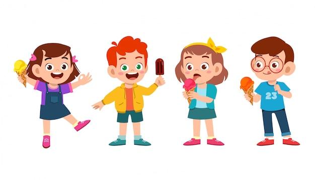 幸せなかわいい子供たちはアイスクリームセットを食べる