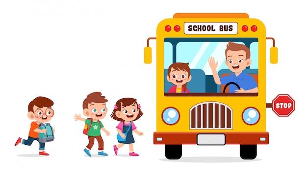 Счастливые милые дети ходят в школу на автобусе