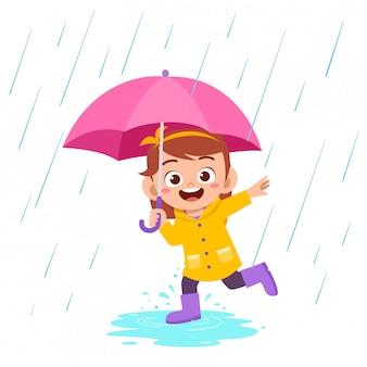 幸せなかわいい子供女の子プレイレインコート