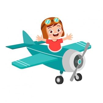 Счастливый мальчик ребенок играть в игрушку летать самолет