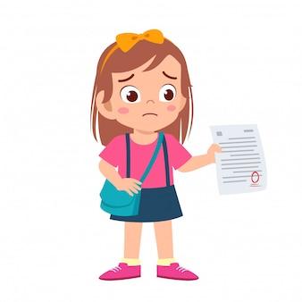 悲しい子供の女の子は試験から悪い点を持っています