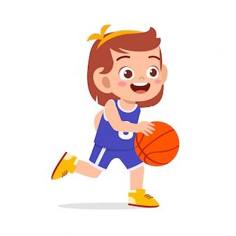 Счастливый милый ребенок девочка играть в баскетбол поезд