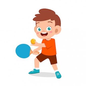 Счастливый милый малыш мальчик играть в пинг-понг
