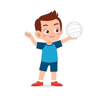 Счастливый милый малыш мальчик играть в волейбол