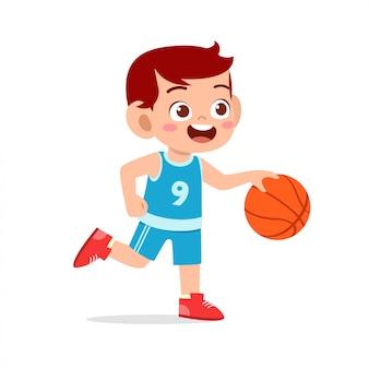 幸せなかわいい子供男の子プレイ鉄道バスケットボール