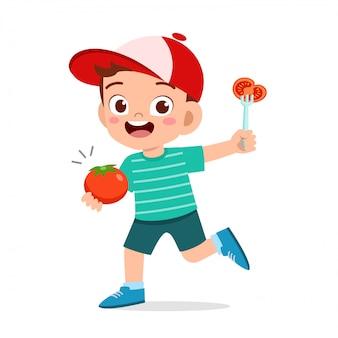 Счастливый милый малыш мальчик держит свежий овощ