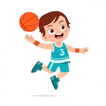 Счастливый милый малыш мальчик играть поезд баскетбол