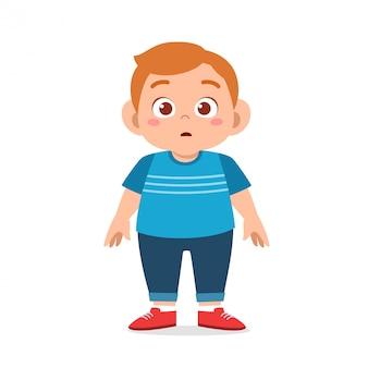 立っている幸せなかわいい脂肪不健康な少年