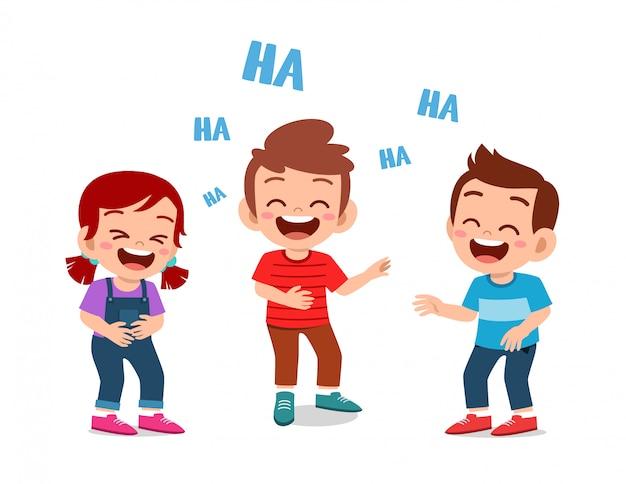 幸せなかわいい子供男の子と女の子が一緒に笑う