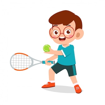 Счастливый милый малыш мальчик играть в теннис