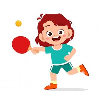 Счастливый милый ребенок девочка играть в пинг-понг