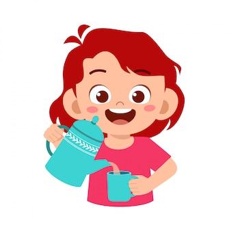 Счастливый милый ребенок налить воду в стакан