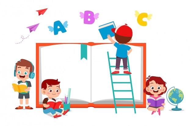 Счастливые дети читают книгу
