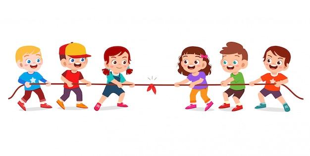 Счастливый милый парень мальчик и девочка играют в перетягивание каната