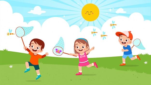 幸せなかわいい子供の男の子と女の子はバグをキャッチ