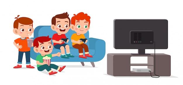 幸せなかわいい子供が一緒にビデオゲームをプレイ
