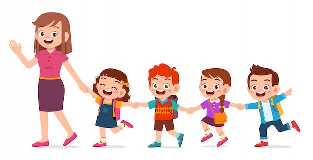 Счастливые милые дети улыбаются вместе с учителем