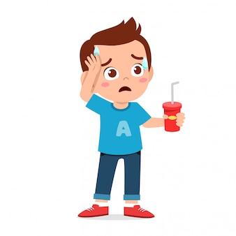 幸せなかわいい子供男の子はとてものどが渇いています