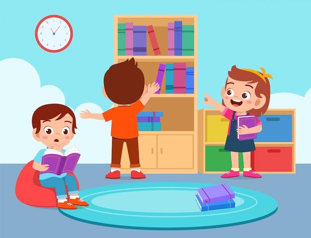 Счастливые милые дети мальчик и девочка читать в библиотеке