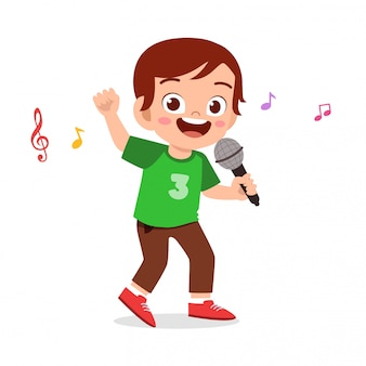 Счастливый милый малыш мальчик поет песню