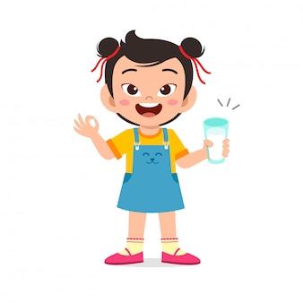 幸せなかわいい子供の女の子が新鮮な牛乳を飲む