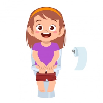 Счастливая милая девочка сидит на унитазе
