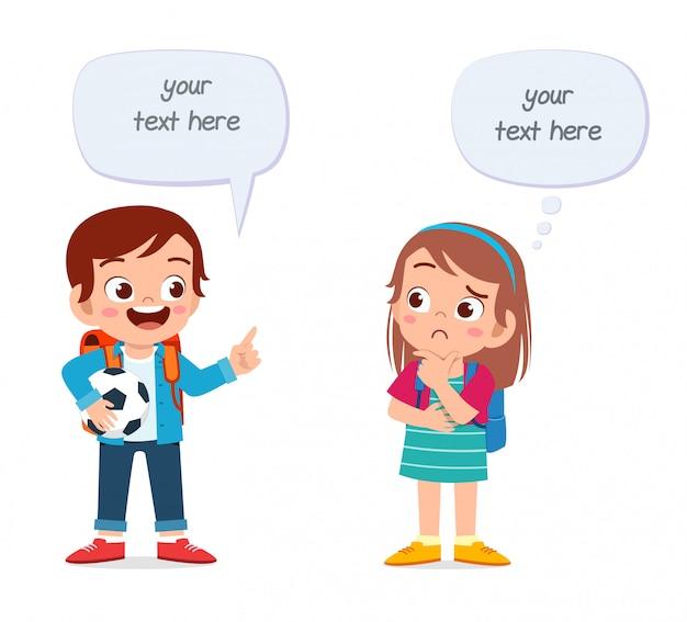 Счастливые милые дети, мальчик и девочка, разговаривали друг с другом