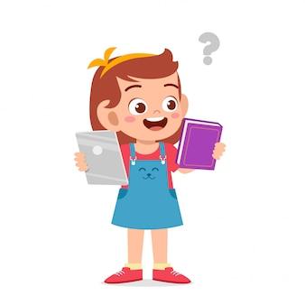 幸せなかわいい女の子は電話と本の間で選択します