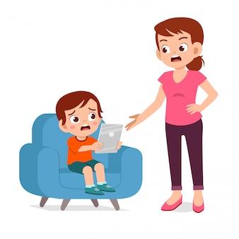 母は子供の少年のスマートフォン中毒に怒っています