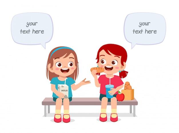 Счастливые милые дети мальчик и девочка едят вместе