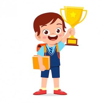 Счастливый милый маленький малыш мальчик держит трофей