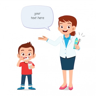 Счастливый милый маленький малыш мальчик с стоматологом