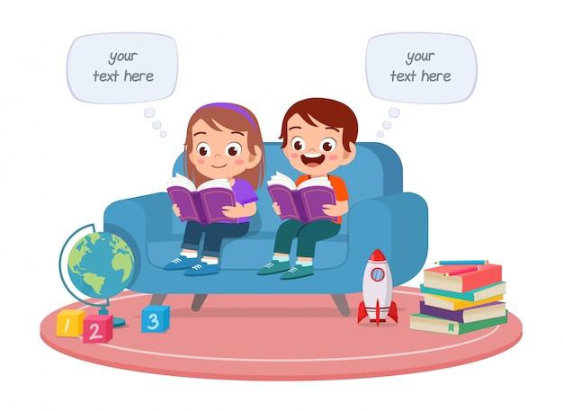 Счастливые милые дети мальчик и девочка учиться читать вместе