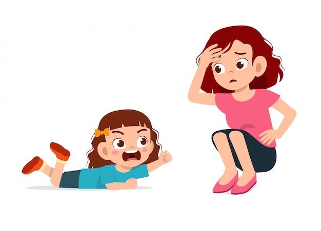 ママと悲しい泣いている小さな子供の女の子