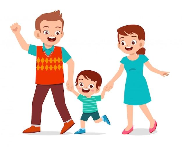 幸せなかわいい子供男の子はママとパパと散歩します