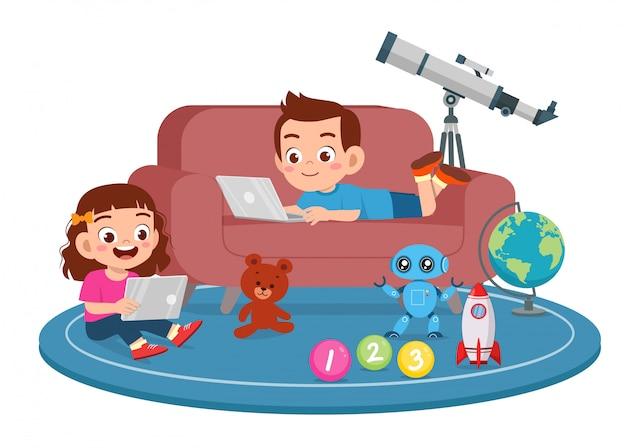 幸せなかわいい子供の男の子と女の子は、スマートフォンを使用します
