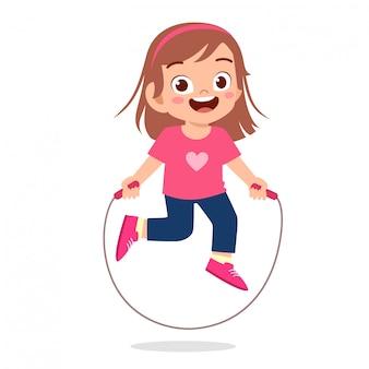 幸せなかわいい子供の女の子が縄跳びをプレイ