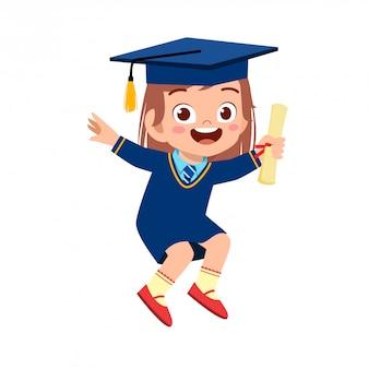 Счастливый милый маленький ребенок девочка выпускник школы
