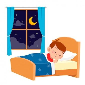 幸せなかわいい子供男の子は夜寝る