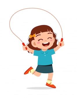Счастливый милый ребенок девочка играть скакалка